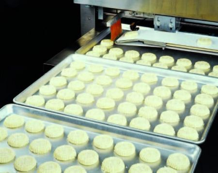 Automatic Aligning Machine - Aligning mammouls on baking trays.